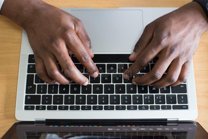 Person, die auf Laptop tippt lizenzfreie stockfotos