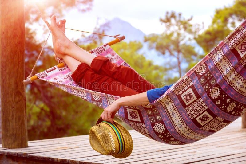 Person, die beim Hügel Sun-Glänzen sich entspannt lizenzfreie stockfotos