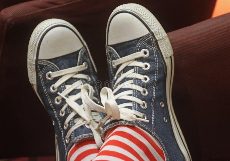 Person, die ein Paar blaue Nieder-Top-Sneakers trägt lizenzfreies stockfoto