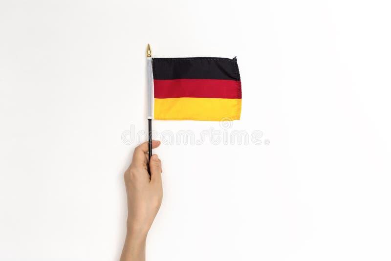 Person, die eine deutsche Flagge hält lizenzfreies stockbild