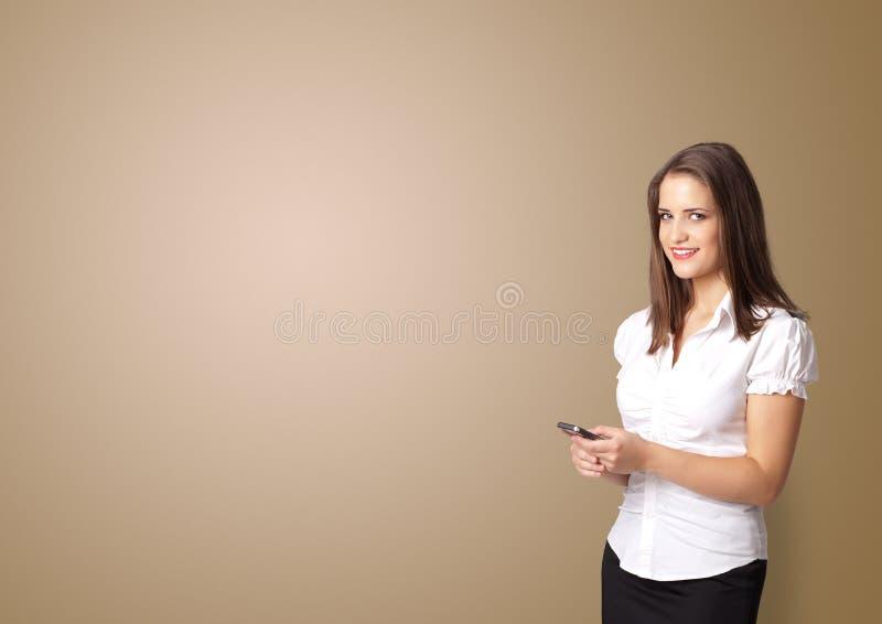 Person, die etwas mit leerem Raum darstellt stockbild