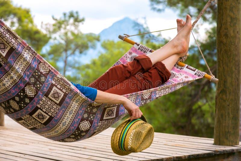 Person, die im Hügelholding Reise-Hut sich entspannt lizenzfreies stockfoto