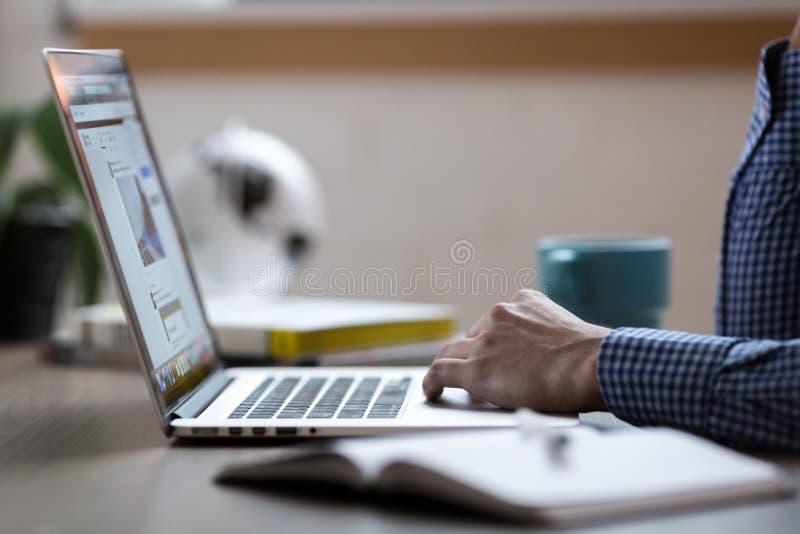 Person, die an Laptop arbeitet