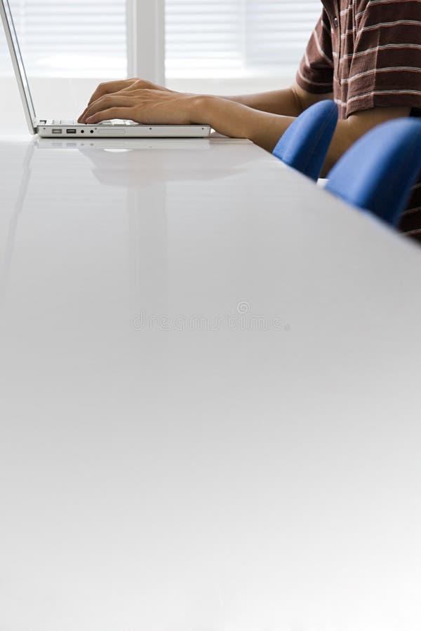 Person, die Laptop verwendet stockfotos