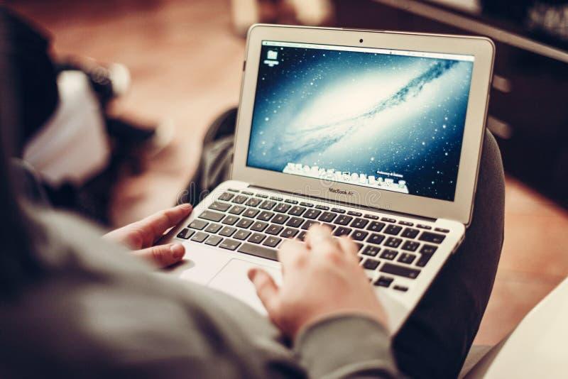 Person, die Laptop verwendet stockfotografie