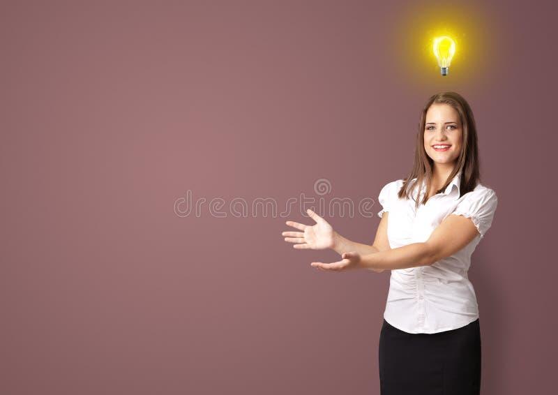 Person, die neues Ideenkonzept vorstellt lizenzfreie stockfotografie