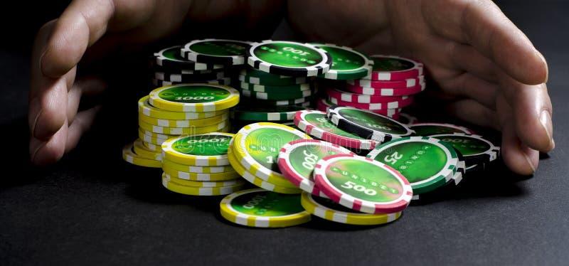 Person, die Poker spielt und Karten betrachtet lizenzfreies stockbild