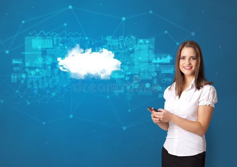 Person, die Wolkentechnologiekonzept darstellt stockfotos