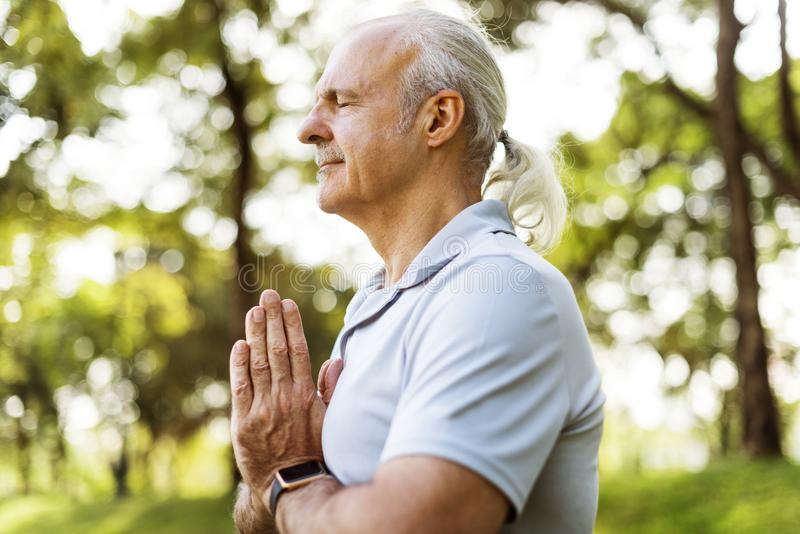 Person, die Yoga am Park tut lizenzfreie stockfotos