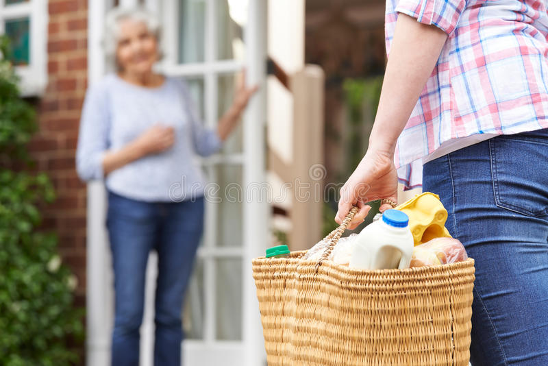 Person Doing Shopping For Elderly-Buur royalty-vrije stock afbeelding