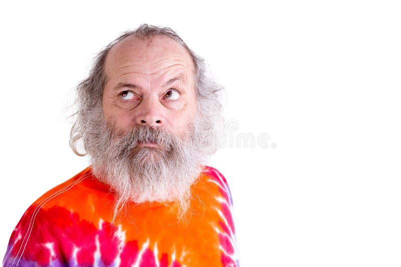 Person född under en baby boom med hans bandfärgT-tröja som hänsynsfullt upp ser Se royaltyfria foton
