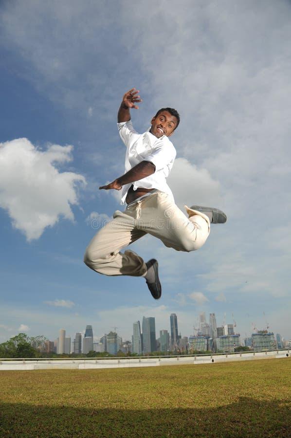 person för lycklig indisk banhoppning för luft mitt- arkivbilder