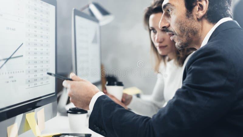 Person för två affär på den arbetande processen på kontoret Unga professionell arbetar med projekt för ny marknad på skrivbords-  arkivfoton