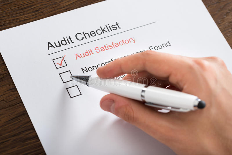Person Filling Audit Checklist Form na mesa foto de stock royalty free