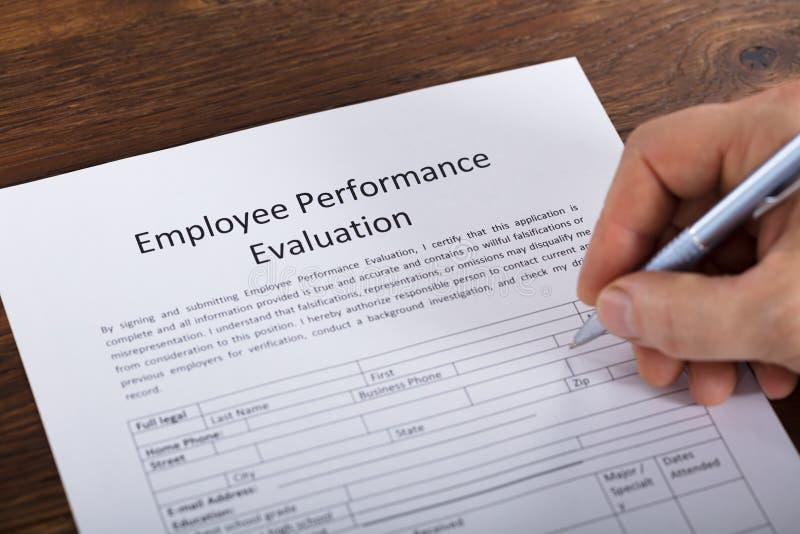 Person Filling eine Leistungsbewertungs-Form lizenzfreies stockfoto