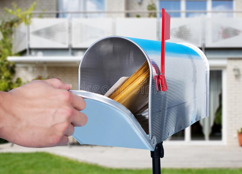Person Hand Checking Mailbox lizenzfreie stockfotografie