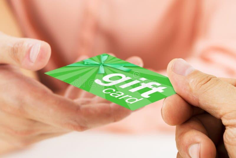 Person Hand Giving Gift Card a otra persona imagenes de archivo