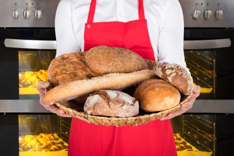 Person Hand Holding Plate Full de panes y de bollos fotos de archivo libres de regalías