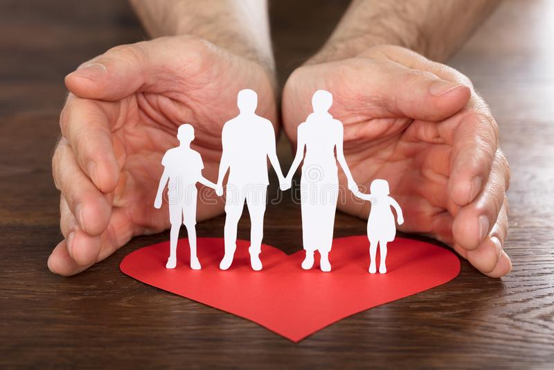 Person Hand Protecting Family Paper snitt royaltyfri foto