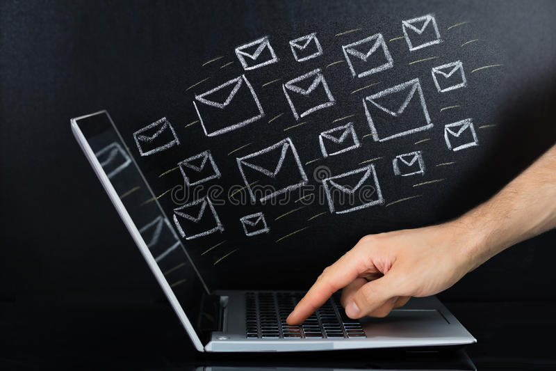 Person Hand Sending The Email från bärbara datorn royaltyfria foton