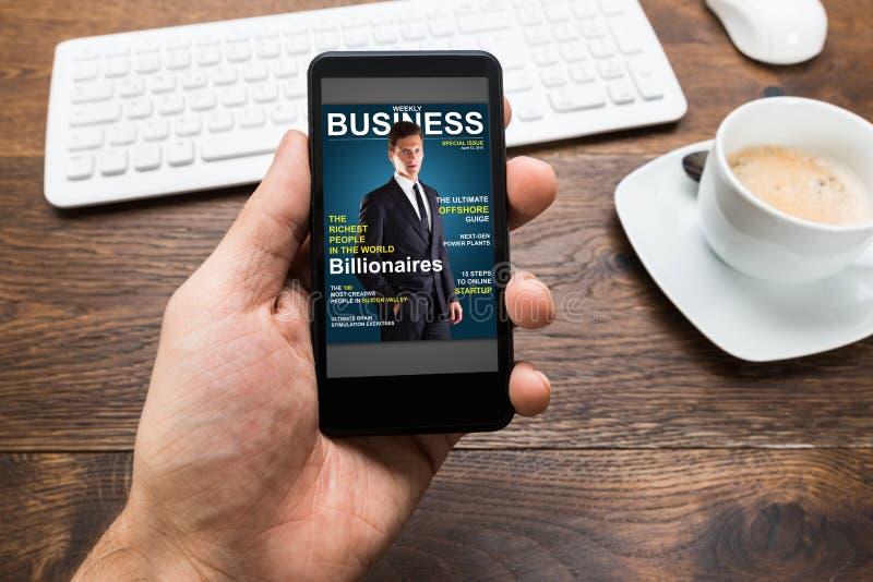 Person Hands With Mobile Phone-Vertretungs-Wirtschaftsnachrichten lizenzfreies stockfoto