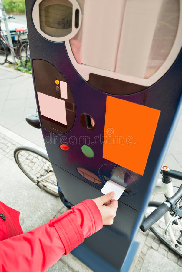 Person Hands Paying For Parking royalty-vrije stock afbeeldingen