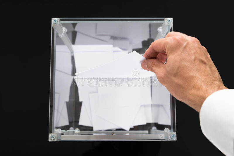 Person Hands Putting Voting Ballot in Doos royalty-vrije stock foto's