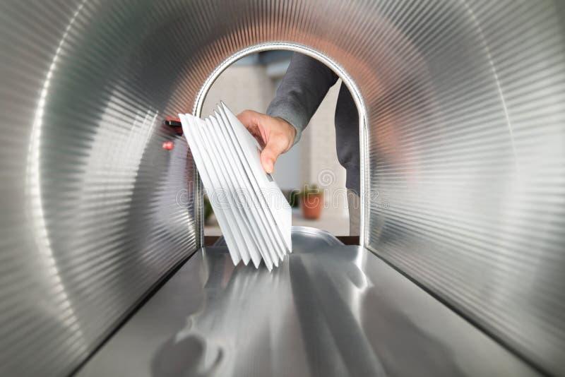 Person Hands Taking Letters View van binnenuit de Brievenbus royalty-vrije stock afbeeldingen