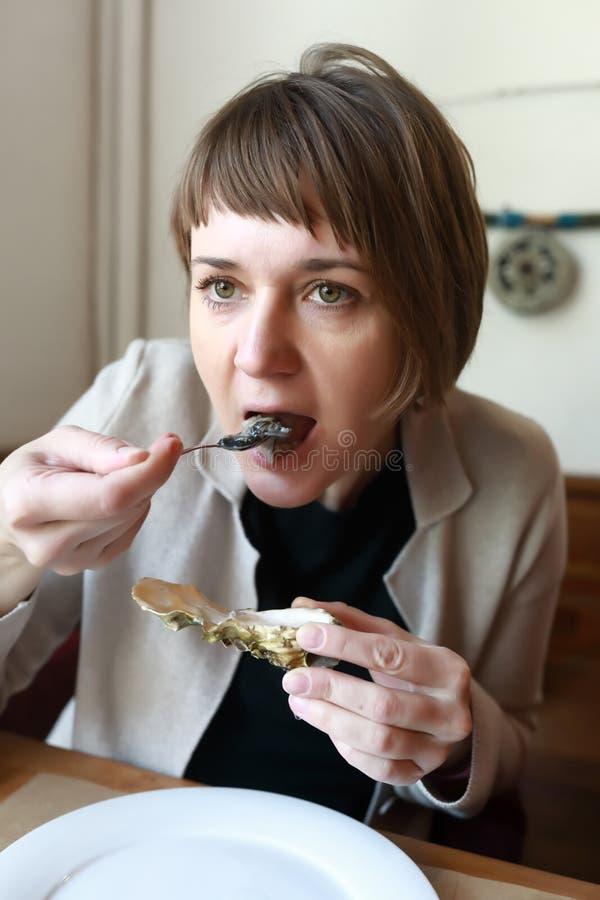 Person hat Austern lizenzfreie stockbilder