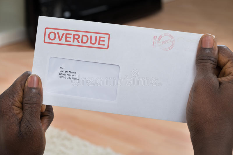 Person Holding Overdue Notice lizenzfreie stockfotos