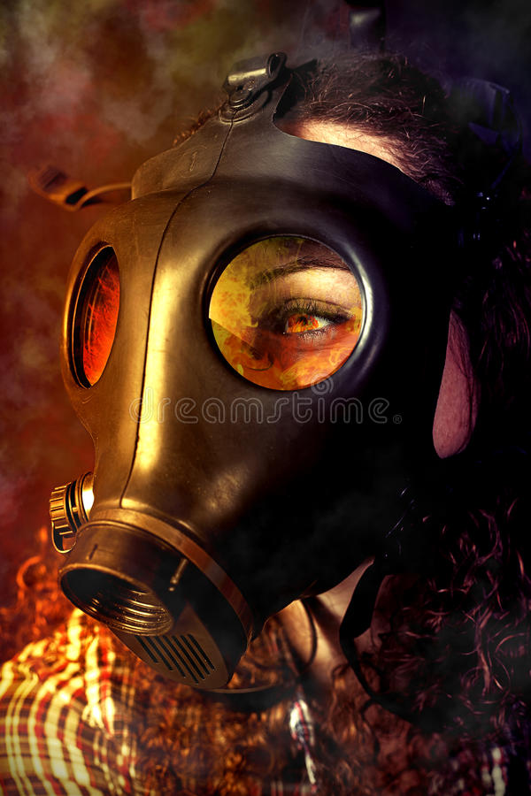 Person i en gasmask royaltyfri fotografi