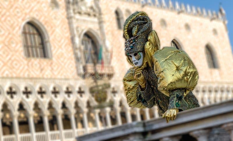 Person i maskering på karnevalet av Venedig 2018 Doges slott på bakgrund fotografering för bildbyråer