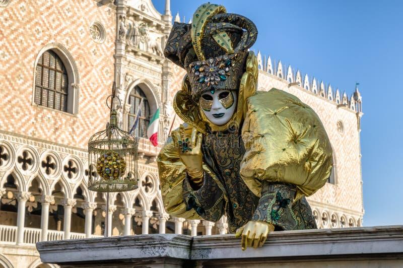 Person i maskering på karnevalet av Venedig 2018 Slott för doge` s på royaltyfri fotografi