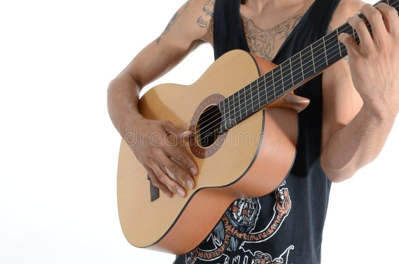 Person im schwarzen Trägershirt Akustikgitarre spielend lizenzfreie stockbilder