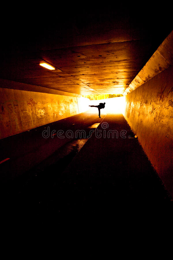 Person im Tunnel lizenzfreies stockbild