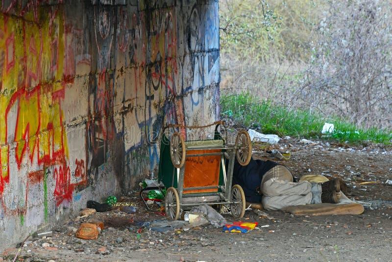 Person ist obdachlos lizenzfreies stockfoto