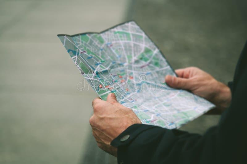 Person Looking una mappa fotografie stock libere da diritti
