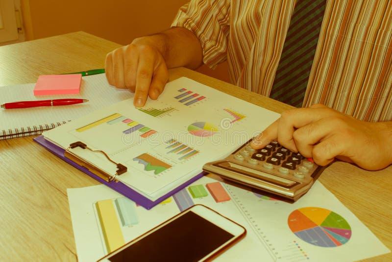 Person Man que se?ala metas en un papel, escribiendo el plan empresarial en el lugar de trabajo, trabajo masculino, papeles, nota imágenes de archivo libres de regalías