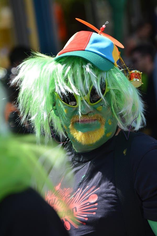 Person maskiert im Grün während des Karnevals der Völker in Berlin im Juli 2015 stockfotografie