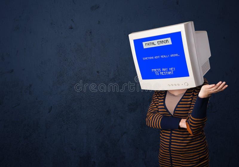 Person med en blå skärm för bildskärmhuvud och för dödligt fel på dina fotografering för bildbyråer