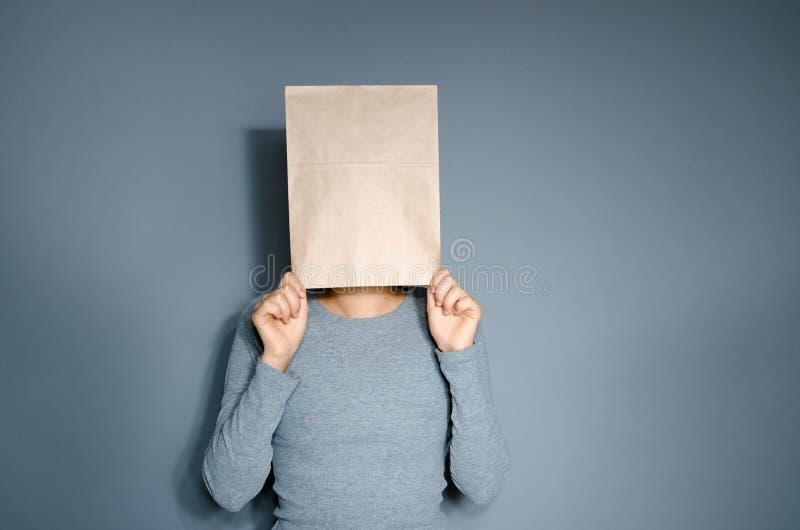 Person med en låda på huvudet arkivfoto