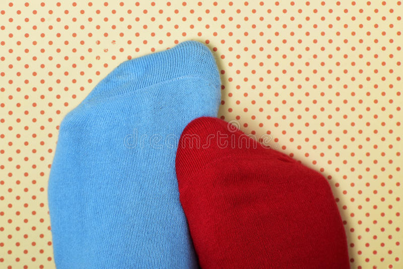 Person med matchade dåligt sockor royaltyfri fotografi