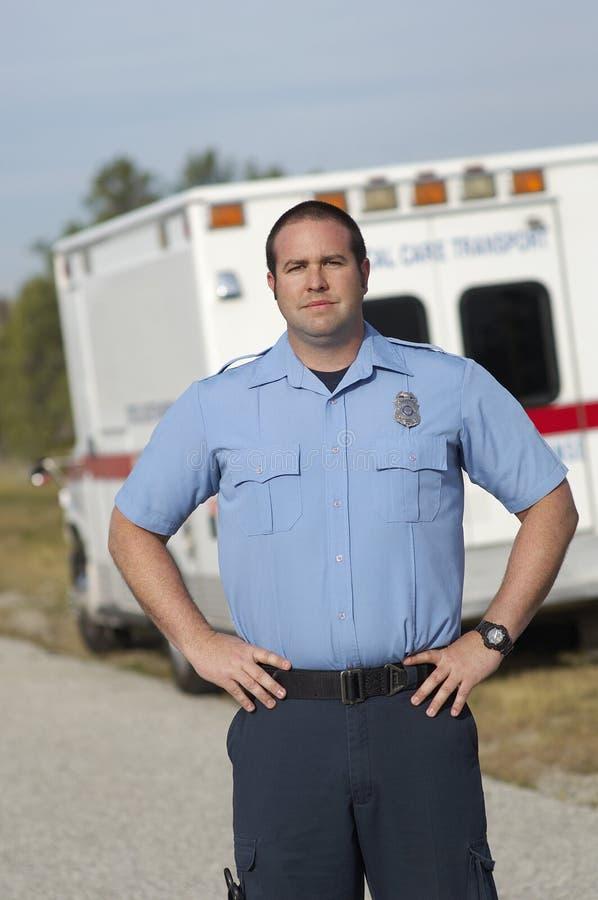 Person med paramedicinsk utbildning In Front Of Ambulance royaltyfri foto