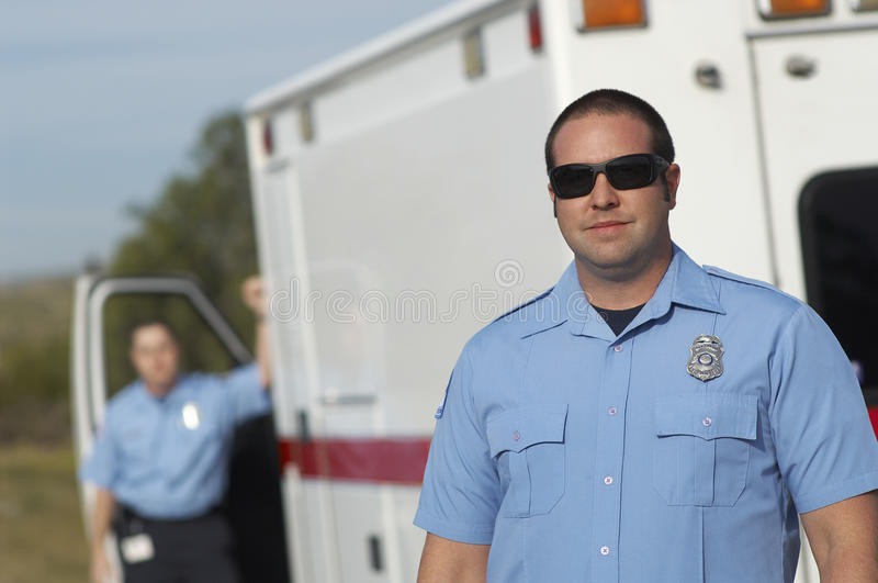 Person med paramedicinsk utbildning In Front Of Ambulance royaltyfria foton