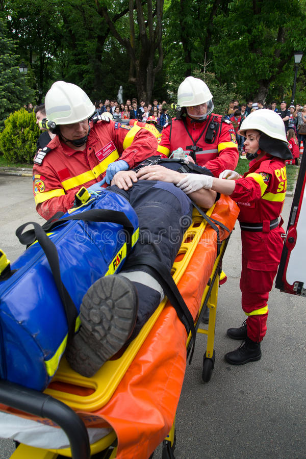 Person med paramedicinsk utbildning i handling fotografering för bildbyråer