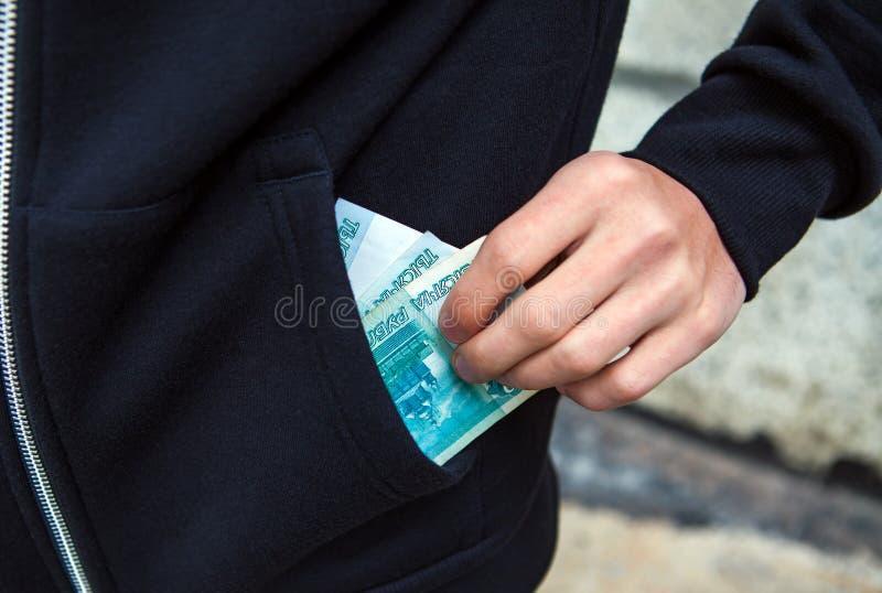 Person mit der russischen Währung stockfotos