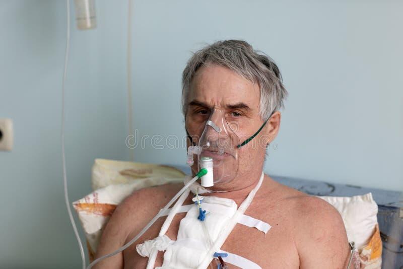 Person mit Sauerstoffmaske lizenzfreie stockbilder