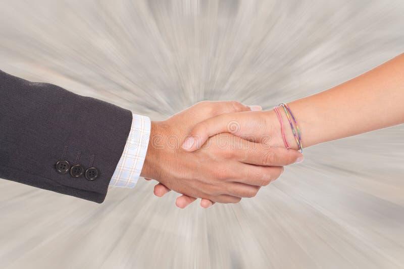 Person mit zwei Geschäften, die Hände auf einem Abkommen rüttelt lizenzfreie stockbilder