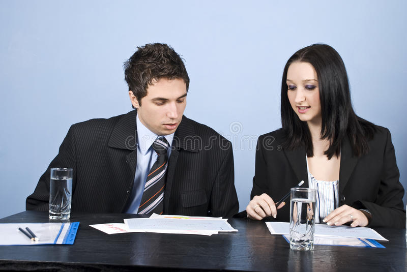 Person mit zwei Geschäften im Büro lizenzfreies stockbild