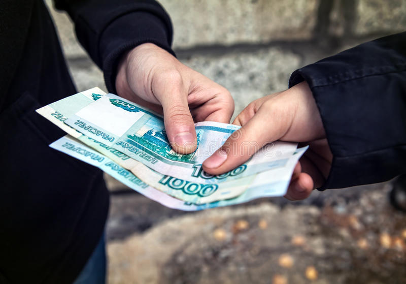 Person nehmen die russische Währung lizenzfreie stockfotografie